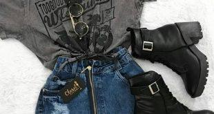 Grafisches T-Shirt mit einem kurzen Jeansrock mit Reißverschluss und schwarzem ... #einem #grafisches #jeansrock #kurzen #schwarzem #shirt #verschluss