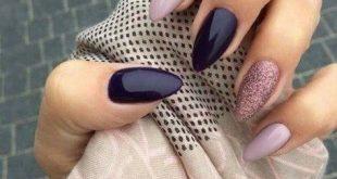 Mandelnägel in Violett und Flieder mit einem glänzenden Akzentnagel von Sylvia Krol. #nail #designs #art